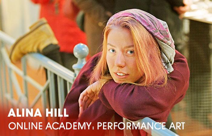 Die Dozentin Alina Hill lehrt an der Artrium Schauspielschule Hamburg das Fach Sprechunterricht