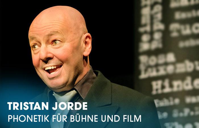 Der Dozent Tristan Jorden lehrt an der Artrium Schauspielschule Hamburg das Fach Phonetik für Bühne und Film